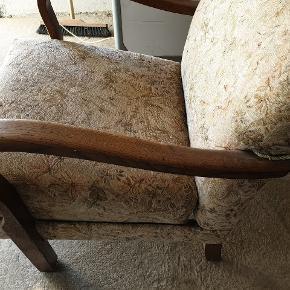 Ældre mindre lænestol med brugsspor , ombetrukket, men trænger til nyt stof eller rens. Ingen huller i stoffet, dog sidder det ene arme løst. Er fra ikke ryger hjem - kam leveres mod betaling.