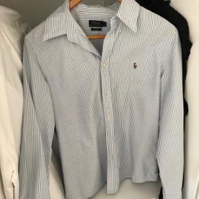 Lyseblå stripet Ralph Lauren skjorte i str L, brugt 5 gange max, sælger for 450 eks fragt, skriv for flere billeder :)