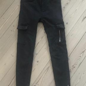 Varetype: cargo jeans Farve: sort  Bytter ikke
