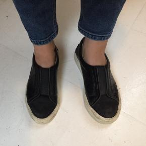 Loafers i ægte læder. De kunne godt trænge til en rengøring, men ellers fejler de intet ⚫️