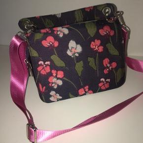 Mega fin taske fra Hvisk. Den pink strop kan justeres i længen, og kan også sagtens tages af og skiftes ud, hvis man ønsker det 😍