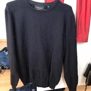 Mørkeblå sweater med flot mønster - der er stræk i stoffet