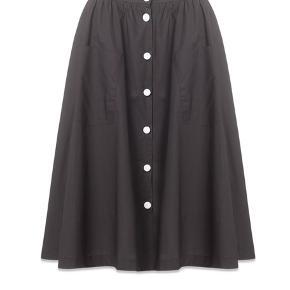 Lena nederdel med kontrastknapper fortil fra Resume er et godt bud på en meget alsidig nederdel i BLACK, som kan bruges til både fest og hverdag, sommer og vinter.   Den er prøvet på, det er en str.36, men jeg er 38 og den passer fordi der er elastik bagtil i taljen. Dvs. Den passer både en small, medium, 36 og 38.  Jeg bytter ikke og køber betaler porto samt gebyr ved tspay.  Nypris 800,- Materiale: 100 % bomuld