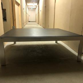 Lækkert HAY sofabord, ingen skrammer eller ridser på hverken bordpladen, siderne eller benende. Byd gerne:)