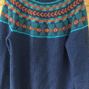 Håndstrikket sweater brugt meget lidt. Længde 60 bredde 50. Kom med et bud. Strikket i superwash behandlet uld fra mayflower.