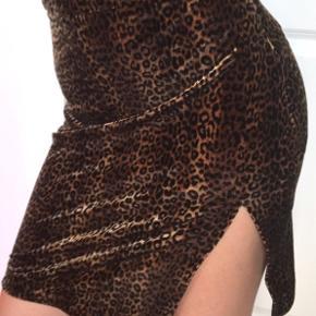 Super fræk 90'er vintage velour print nederdel  Fejler intet   Mp 150kr