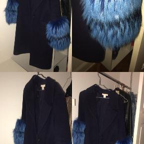 Sælger denne mørkeblå jakke med blå pels på ærmerne. Selve jakken er fra H&M men pelsen er syet på hos en skrædder efterfølgende. Bemærk minder om Meotines jakke.