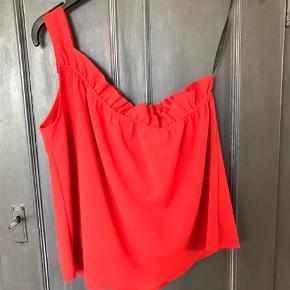 Super fin one shoulder top. Den er i den flotteste røde farve og kan både bruges til fest eller i sommervarmen.  Den har desværre aldrig været i brug, da den er købt i en forkert størrelse.