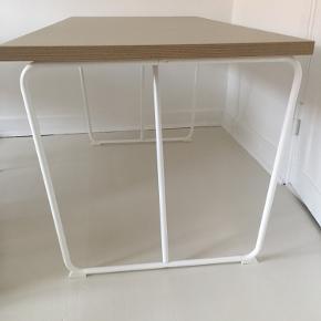 Ikea bord (består af stel og plade). Stellet er nyt, pladen er brugt og har enkelte brugsspor i pladen.  Skal afhentes på 3. sal 😊