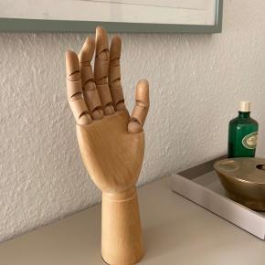 Sælger denne fine træhånd fra Hay. Kan bruges til smykker eller bare til pynt.