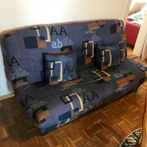 Grand canapé lit avec sommier en bon étatTissu lavable, espace de rangement dessous. Fourré à changer car usée  Prix discutable à venir chercher au plus vite! Plus d'info en MP