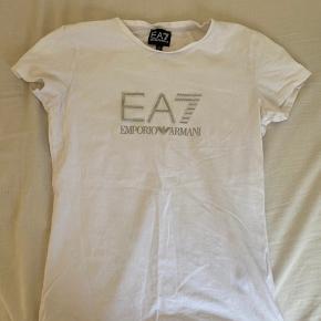 Sælger denne fine hvide T-shirt fra Armani med et flot logo på i midten😊