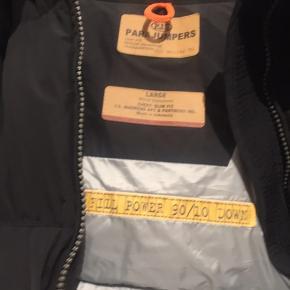 Sælger den lækreste jakke fra Parajumpers i modellen light long Bear. Købt ved Butik Blossom sidste år til 6500,- Jakken er max brugt 5 gange og ingen tegn på slid. Kvittering haves på den fine jakke. Se venligst mine andre annoncer. Køber betaler fragt. BYTTER IKKE!!!