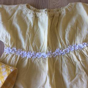 Stor forårs/sommer tøjpakke, i mærker som Småfolk, Ej sikke lej, Hjorth, Bifrost, Krymmel, H&M og danefæ.  5 kjoler, 1 sommer bøllehat, 1 tunika, 2 natkjoler, 1 py, 9 par Leggins, 5 langærmede t-shirts, 2 par lange bukser, 1 par 2/3 denimbukser, 2 badedragter, 2 par nye strømpebukser. Det gælder for alt tøjet, at nogle dele er næsten som nye, og resten er god men brugt, dog har enkelte dele ( et par af bluserne, og kjolerne, små pletter).   Sælges kun samlet, til 500 kr.  Køber betaler selv porto, som koster 50 kr. med DAO.