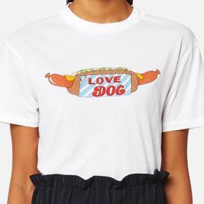 GANNI t-shirt - love dog❤️ Np. 399,- ALDRIG brugt, med PRISMÆRKE. IKKE rygerhjem. Skriv pb for billede af min egen. Tjek også mine andre annoncer:)