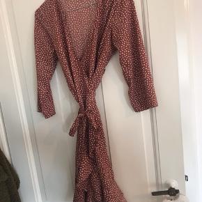 Super fin kjole fra vero moda! Slå om kjole med prikker. Kun brugt 1 gang