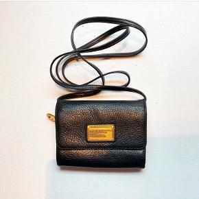 Super fin lille taske i super pæn stand. Remmen er aftagelig og den kan bruges som clutch/pung.  Har den også til salg i en Second hand butik.