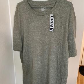 Khaki grøn meleret T-shirt fra Commodity Stock / UO i str L Længde ca 75 cm og bredde fra ærmegab til ærmegab ca 60 cm Bomuld og poly Sælges for 80