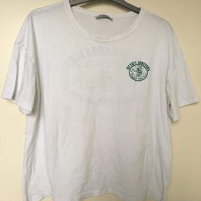 Rigtig fed Zara t-shirt som kan gå med alt. Den fitter en oversize Large.  Mp: 50 kr Bin: 75 kr
