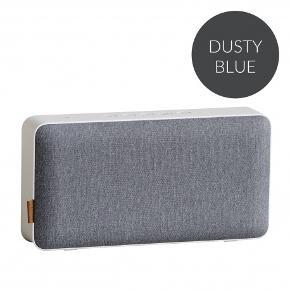 SACKit MOVEit med støvet blå front er en Bluetooth/wifi højtaler med et tydeligt nordisk formsprog med rene linjer fremstillet i eksklusive materialer. Total trådløs frihed i hjemmet og på farten Fronten kan udskiftes – skift farve, når du har lyst Oplad din mobil med MOVEit – tilslut via USB kabel  Med MOVEit Dusty Blue får du imponerende stor lyd, som kan spille hele festen op, hvad enten den foregår i stuen eller på terrassen - just move it! Forbind trådløst via Bluetooth/wifi og lyt til musik fra din smartphone, tablet eller computer. Nyd en total trådløs oplevelse, når du lytter via det indbyggede batteri, som giver dig op til 12 timers afspilning.  Ny pris: 1399 kr.  Mere info: https://sackit.dk/produkt/521/moveit-wi-fi-%26-bluetooth
