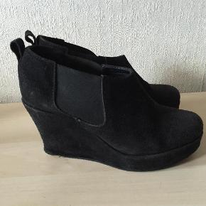 Sælger disse fine sko. De er slidte på hælen og på siden af skoen. Derfor sælges de billigt :-)  De sælges for 50 + porto :-)