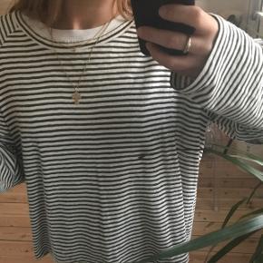 Bluse fra Weekday med mørkegrønne striber i en oversized model. Aldrig brugt og kan passes af xs-m🌼