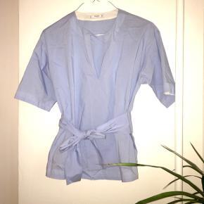 Så fin skjorte bluse med bindebånd fra Mango Suit i str. M 😊