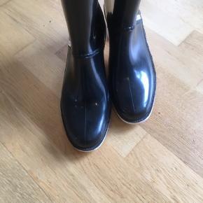 Fed anderledes gummistøvler fra Burberry , jeg købt dem i La Vallee village i Paris for 6 år siden . Brugte kun den første år.
