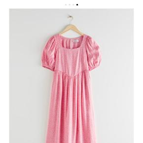 Smuk kjole fra & Other Stories. Jeg har kun haft den på en enkelt aften, og den fremstår derfor som ny🌸 Byd endelig!
