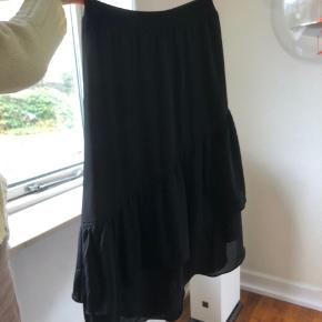 sort nederdel med asymmetrisk snit. næsten aldrig brugt. skriv for flere billeder