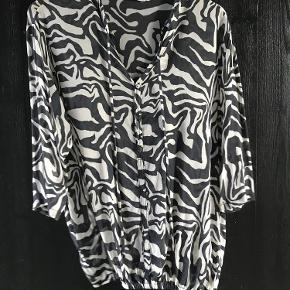 Varetype: Bluse Farve: Multi Prisen angivet er inklusiv forsendelse.  Hænger i butikkerne nu- brugt en gang. Den er stor i str. Jeg bruger 40/42 og passer den.