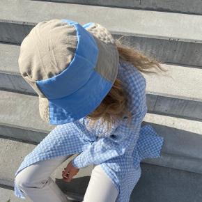 Handmade buckethat lavet af fine genbrugstekstiler💙 Disse hatte er unika - der er kun lavet denne ene ♻️ Lavet af @DamDamDesign