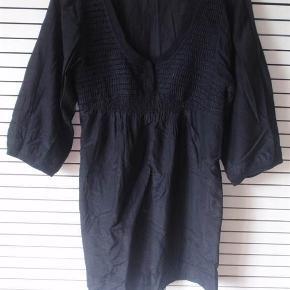 Varetype: Tunika Billig! Størrelse: Medium Farve: Sort  Flot tynd tunika/bluse. 70% bomuld og 30% silke. Brystmål ca. 2x50 cm.