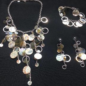 Vildt flot smykkesæt med halskæde + armbånd + øreringe fra Dyrberg/Kern. Lidt ældre ting som kun har været på en enkelt gang og ellers hængt på smykketræet og pyntet. Ville blive endnu smukkere efter en grundig oppudsning. Unikt Smykkesæt Farve: Flere Oprindelig købspris: 2000 kr. Sender gerne på købers regning : DAO 39,-