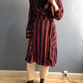 Stribet wrap kjole fra Résumé. Mørkeblå med rød og orange striber.
