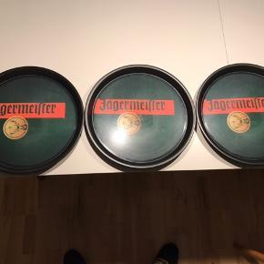 3 stk. originale JÄGERMEISTER serveringsbakker med skridsikkert underlag. Dia = 37 cm, H = 3 cm. Fri levering i København og på Frederiksberg. 1 stk = 100 dkk, 3 stk = 250 dkk