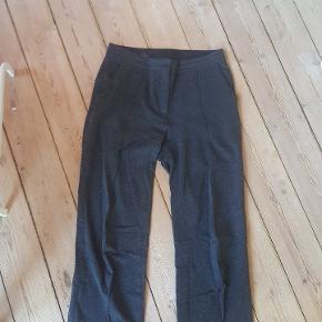 Lækre bukser fra COS i mørkegrå. De er lige i benene.
