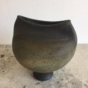 Flot fajance/keramik vase med speciel lukning og flot farvenuance.   Den har en lignende vase-ven, se mine annoncer og få en god samlet pris.