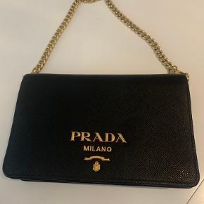 Prada skulder taske, kan også bruges som clutch. Købt juli 2019. Brugt få gange. Oprindelig pris 7.400. Lomme indvendig med lynlås   Kvittering haves. Sælges til 6.000