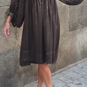 Smuk kjole med guldtråd. Falder rigtigt flot.
