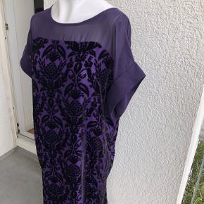 Flot kjole med fint print i velour. Den har en lang gennemgående lynlås bagpå. Materialet er 60% viscose og 40% silke. Der er et inderfor af 100% polyester. Mål er: Brystmål: ca. 2*55 cm Længde: ca. 90 cm Den er aldrig brugt, kun prøvet på :-) Min. pris 200 plus porto