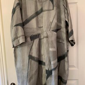 Lækker hørkjole med to lommer  Læg i nederdelen både for og bag  Lynlås i siden Brystvidde 60 x 2 Længde 99 cm