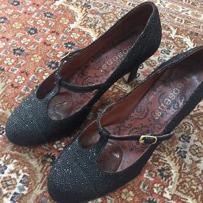 Superflot sort sko i spændende looks Kvalitets mærke.  God til fest.  Nypris 999kr Original æske  haves.