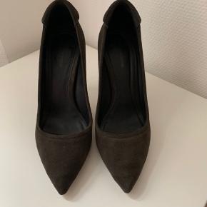 Super elegante stiletter fra Yvonne Koné i flot koksgrå farve. Virkelig god pasform. Yvonne Koné sko er lidt store i størrelsen, så svarer til str. 40,5/41. Kun brugt ganske få gange. Nypris ca. 2800 kr.