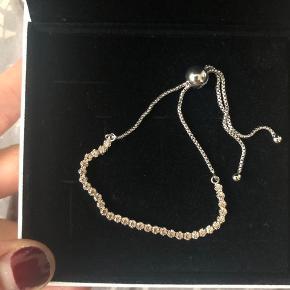 Pandora golden sparkling strand bracelet, never used.  Original price: 449,- DKK