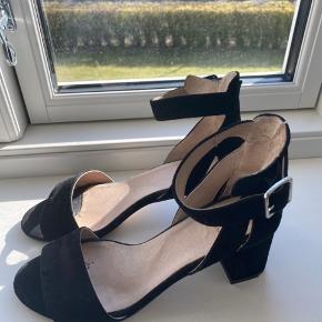 Sælger mine fine stiletter/sandaler fra Shoe the Bear. De er brugt max 8-10 gange, så de er i rigtig god stand. Hælens højde er 6,5 cm Skriv gerne for flere billeder!
