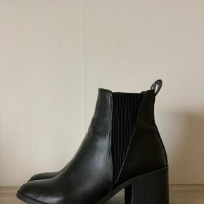 Super fede støvler fra New Look i str. 36 med 'blød' hæl, som altså ikke larmer, når man går. Sindssygt gode at ha' på og gå i. Sælges da jeg desværre ikke kan gå i høje sko pga. knæoperationer.   Normale i størrelsen.