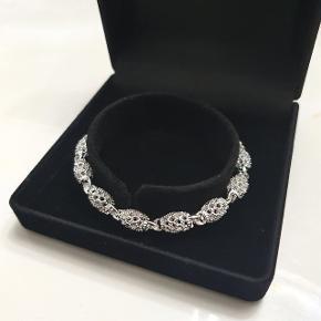 Sølv armbånd Pris : 150 DKK  Længde: 18 -21 cm Materialer: Sterling sølv (925) 1×Gaveæske