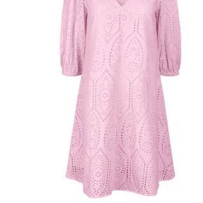 OBS kjolen er fra YAS ikke fra Ganni! Sælger denne smukke broderi anglaise kjole, passer M-L
