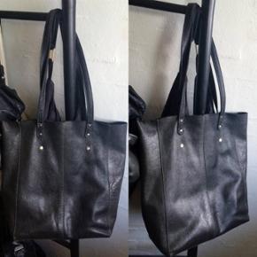 """Så smuk og anvendelig en skuldertaske/shopper fra Maanii by Adax, som er et mærke Adax lavede for et par år siden - tasken er købt lige da det kom frem, og Maanii by Adax har samme utrolig lækre og høje kvalitet som man kender fra Adax tasker. Sælges kun fordi jeg har for mange tasker. ;) Den er som sagt et par år gammel men er brugt meget lidt og har passet så godt på den, så der er intet slid/brugsspor.   Læderet er så utrolig lækkert og smidigt og den har rigtig god plads. Indeni er der en aftagelig fin """"pung""""/rum med lynlås og med mærkets navn på, hvilket er rigtig smart og gør tasken så alsidig at den kan tages af hvis man har lyst for at få endnu mere plads inde i tasken.  Tasken lukkes med to sølvknapper, og alt i alt er det en rigtig lækker hverdags taske/shopper som vil passe til alt.  Jeg gav 1.200 kr. for den.   Hvis den skal sendes, betaler køber fragt.  Hilsen Betina Thy :)"""
